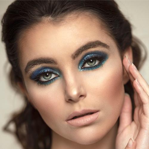 Taking blues to a whole new level. 💙 Xoxo C&Y . . #hairandblush #hairandblushacademy #makeup #hair #blue #bluemakeup #blueeyemakeup